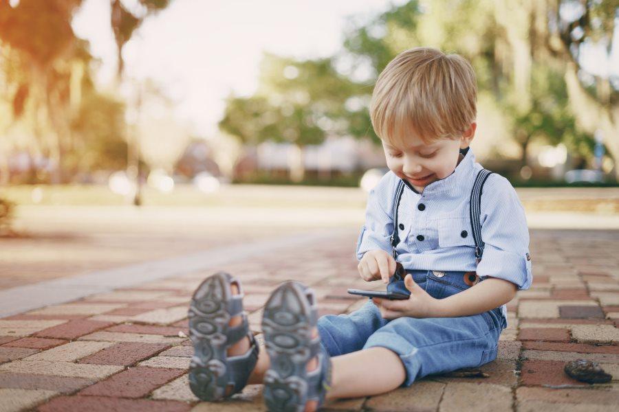 Enfant utilisant un écran